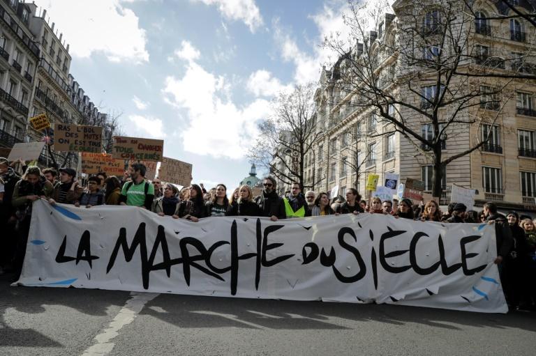 """Des manifestants défilent pour le climat et la diversité lors de """"la marche du siècle"""" le 16 mars 2019 à Paris"""
