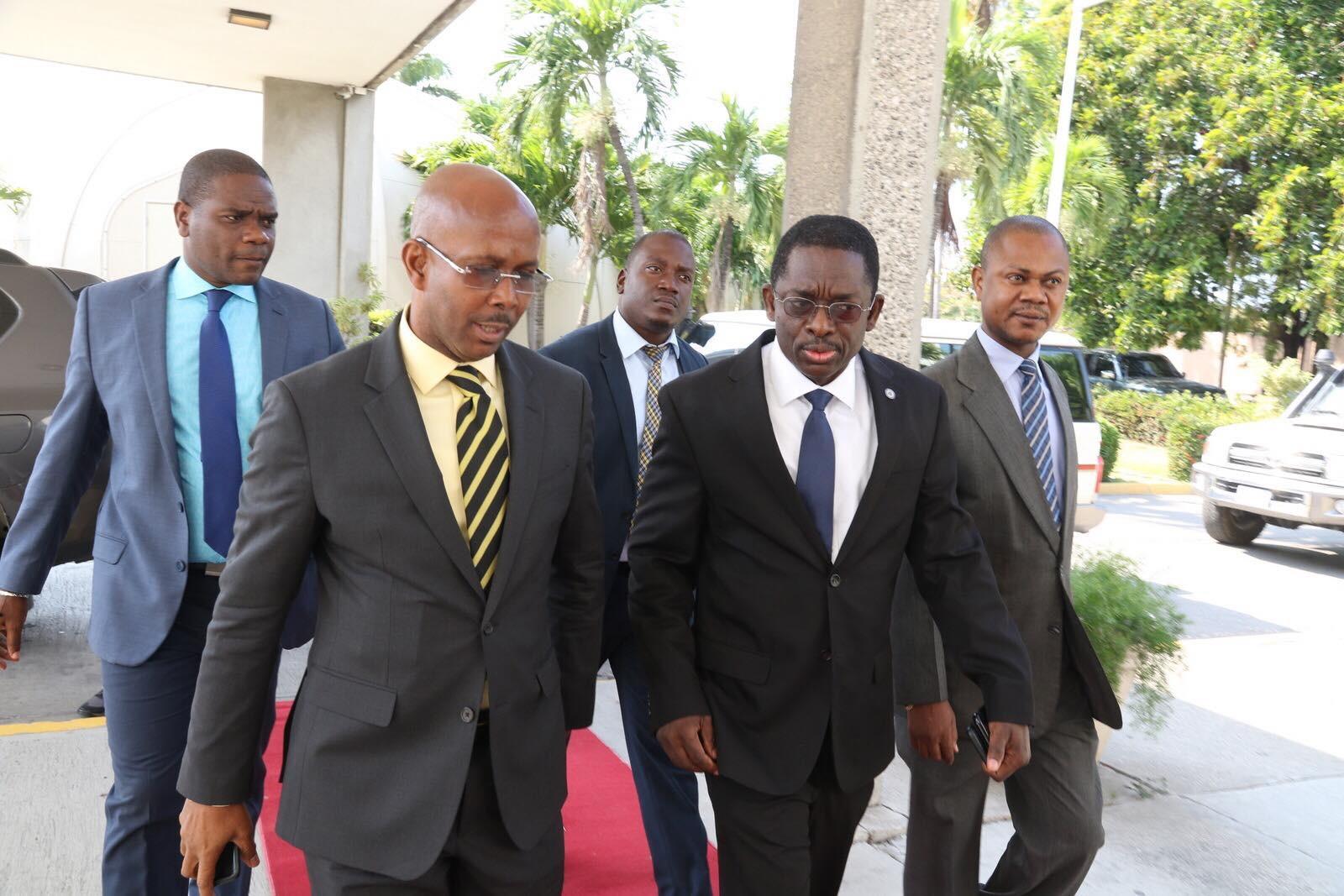A gauche, le Premier ministre a.i Jean Michel Lapin, accompagné des membres de son cabinet