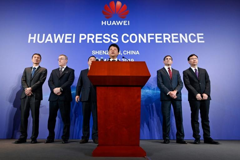 Guo Ping (c), l'un des présidents tournants du géant chinois des télécoms Huawei lors d'une conférence de presse à Shenzhen, le 7 mars 2019