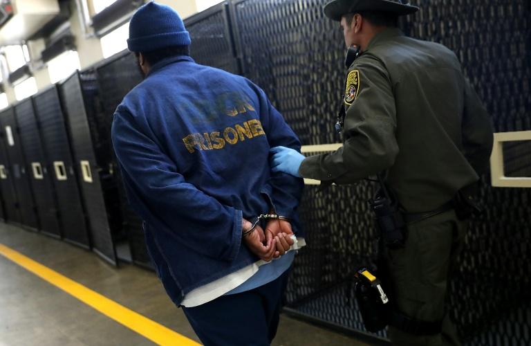 """Un prisonnier et un gardien dans le """"couloir de la mort"""" de la prison californienne de San Quentin le 15 août 2016"""