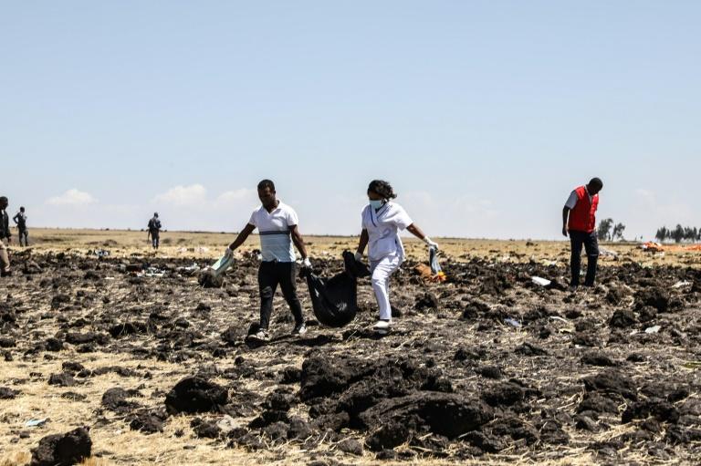 Des équipes de secours récupèrent des corps près de Addis Abeba, le 10 mars 2019 après le crash d'un avion d'Ethiopian Airlines