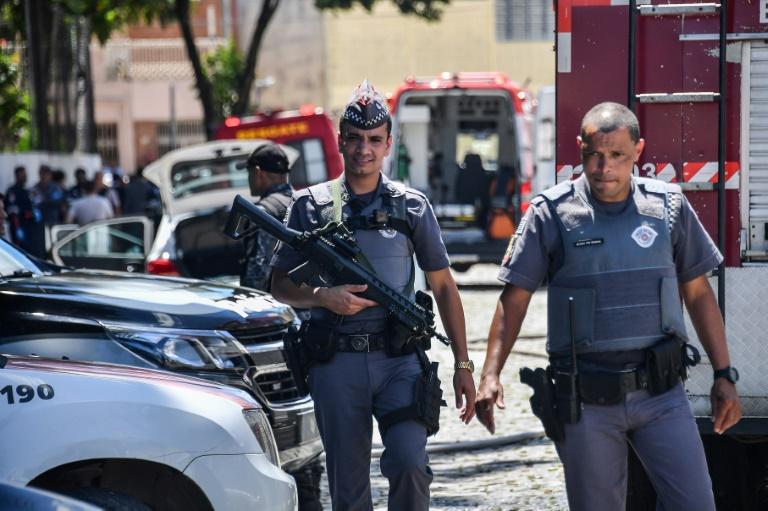 Rassemblement devant l'école de Suzano, près de Sao Paulo, où des tirs ont fait dix morts le 13 mars 2019.
