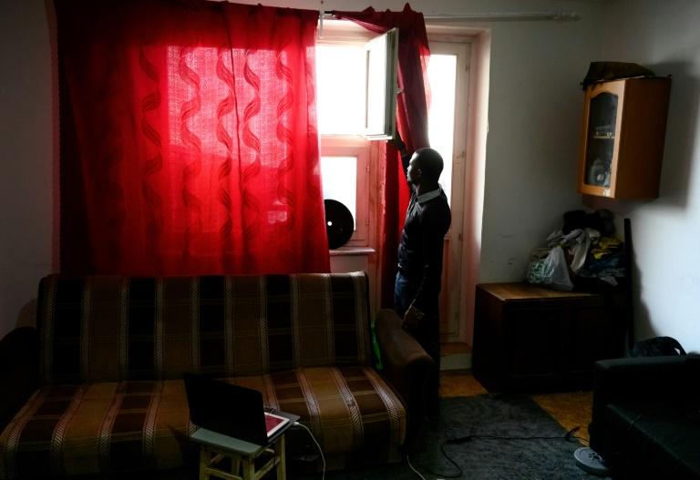 Lamin, un jeune Gambien âgé de 23 ans, attend une interview avec l'AFP dans un appartement en banlieue de Moscou, le 27 février 2019