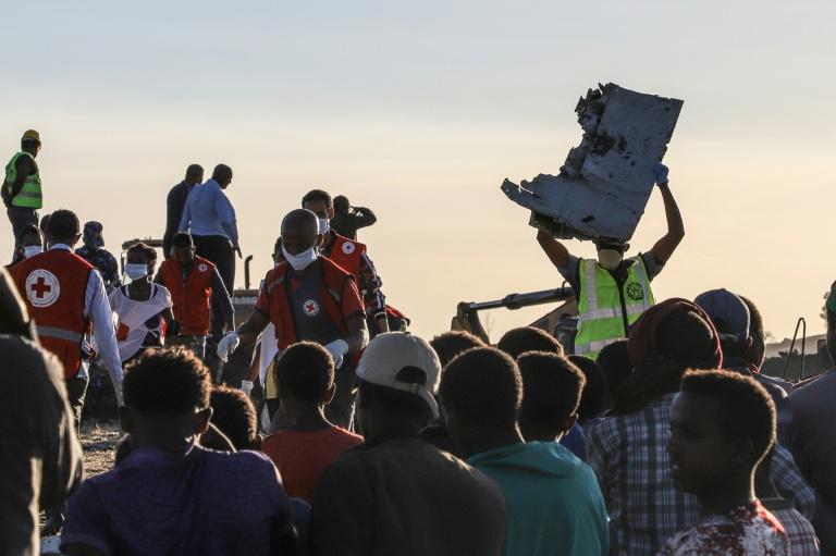 Un homme porte un débris d'avion sur le site du crash du Boeing 787 d'Ethiopian Airlines, près de Bishoftu, à 60 km d'Addis Abeba, le 10 mars 2019