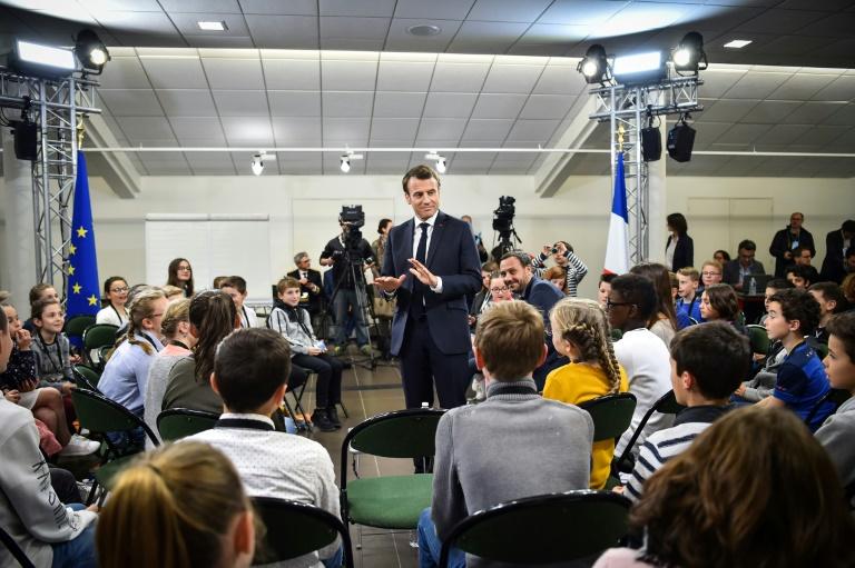 """Emmanuel Macron pose pour une """"photo de classe"""" à Beaupréau-en-Mauges dans le Maine-et-Loire, le 28 mars 2019"""