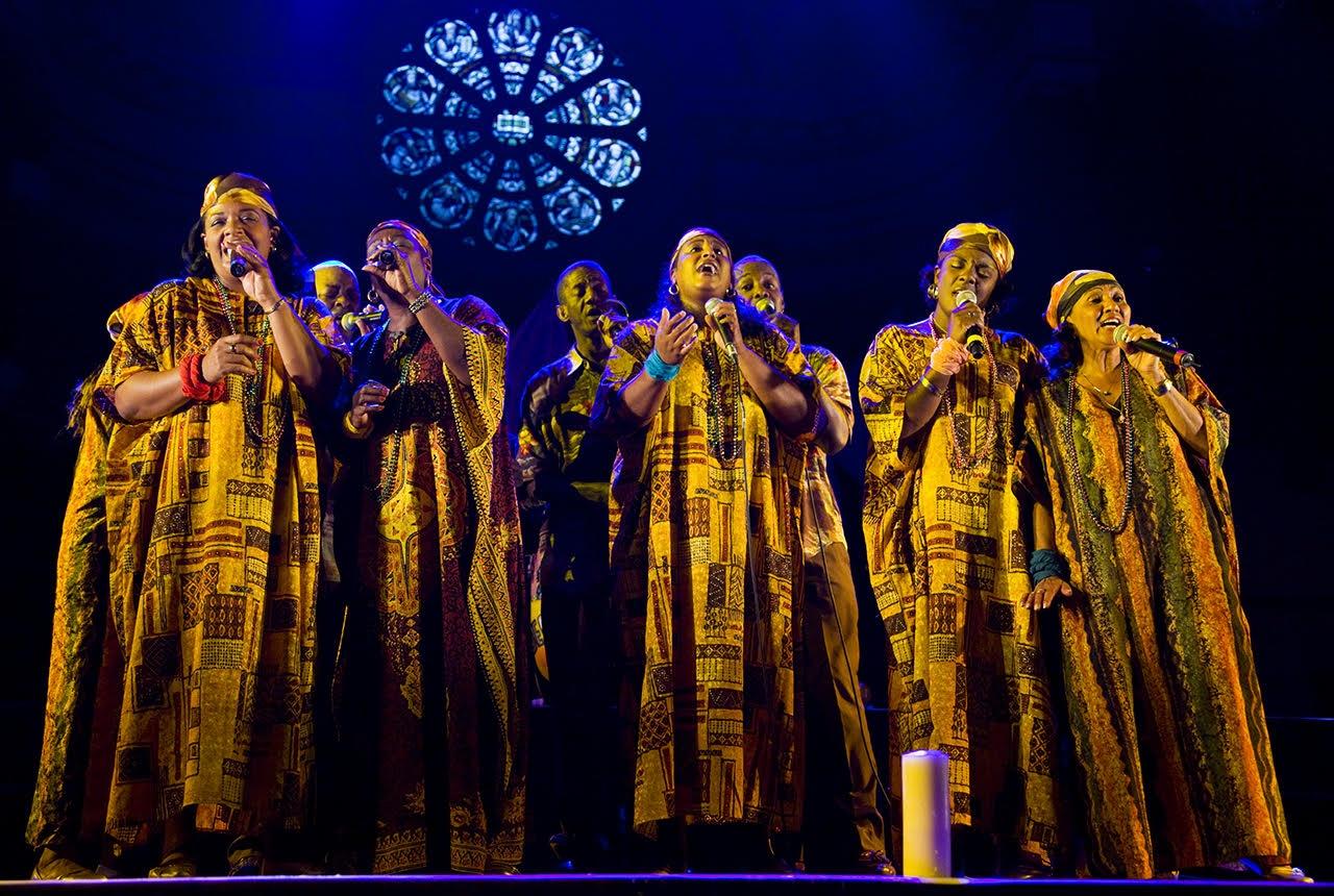 Le groupe Desandann, sur la scène du Théatre Principal de Camaguey, dans un des chants de célébration de ses 25 ans d'existence./Photo-Source: Caracoli-Pascale Jaunay.