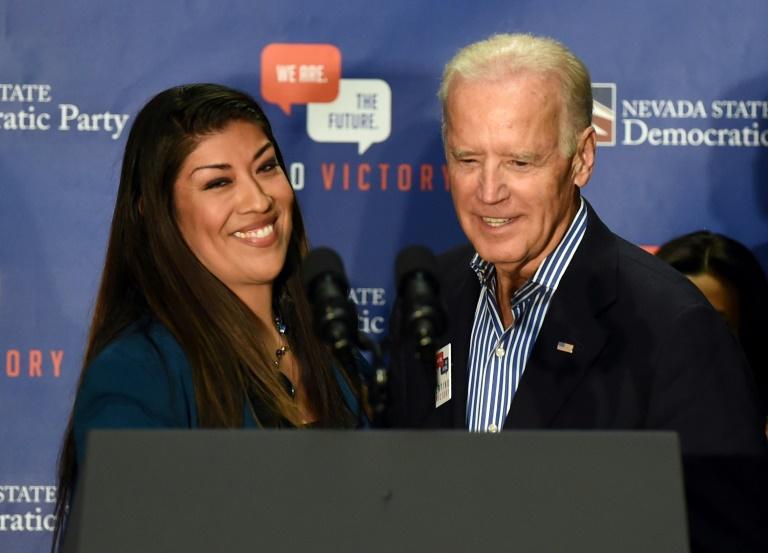 L'ancien vice-président américain Joe Biden et l'ex-élue démocrate de l'Assemblée du Nevada Lucy Flores en 2014, alors qu'elle était en campagne pour le poste de gouverneure adjointe de cet Etat