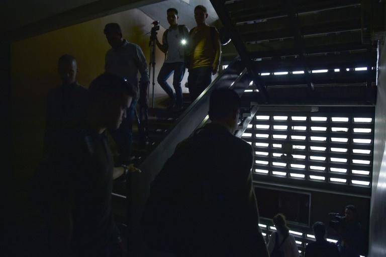 La population contrainte de marcher dans les rues, le métro étant arrêté en raison d'une panne de courant, le 25 mars 2019 à Caracas