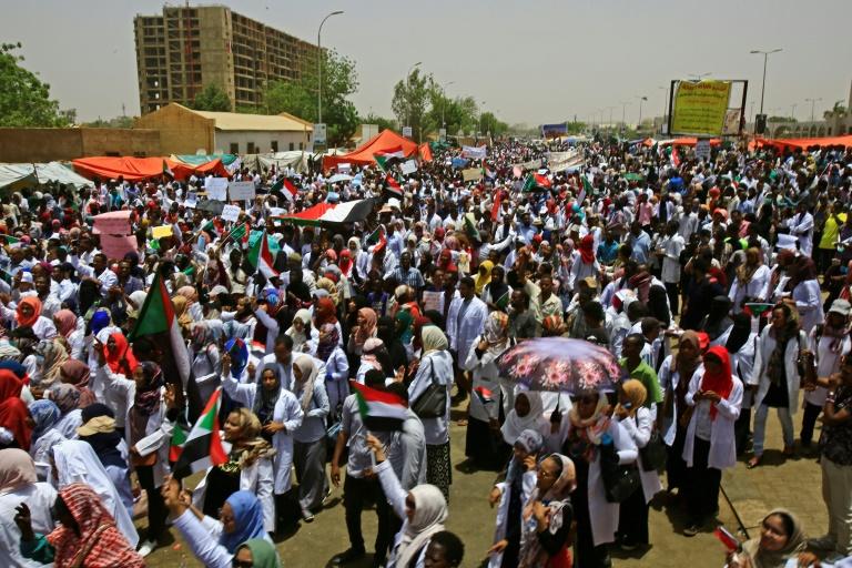Des manifestants soudanais autour du QG de l'armée, à Khartoum, le 17 avril 2019