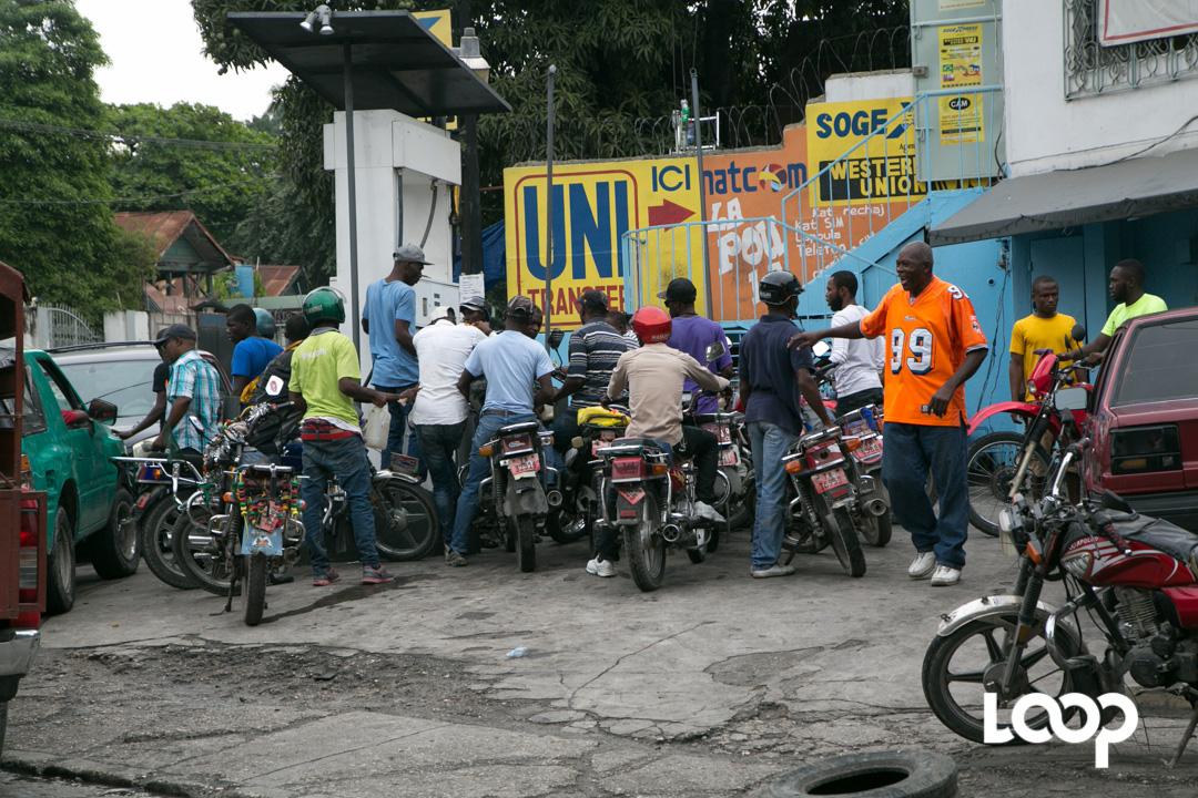 Longue file d'attente dans les pompes pour s'approvisionner en carburant/ Cette photo prise il y a quelques mois, sert uniquement d'illustration à cet article / Crédit : Loop Haiti.