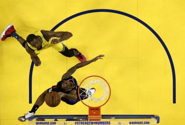 Lou Williams des Los Angeles Clippers monte au panier face aux Golden State Warriors en play-offs NBA, le 15 avril 2019 à Oakland en Californie