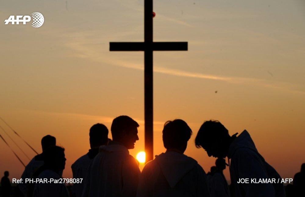 """Scandales dans l'Eglise: quand certains renient leur baptême pour """"couper les liens"""" © AFP/Archives / JOE KLAMAR"""