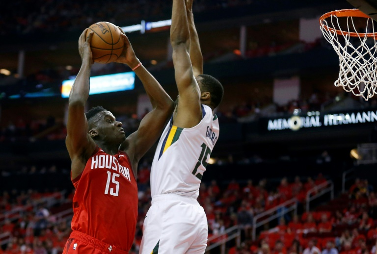 Clint Capela (g) des Houston Rockets lors du premier match des play-offs NBA face au Utah Jazz, à Houston, le 14 avril 2019.