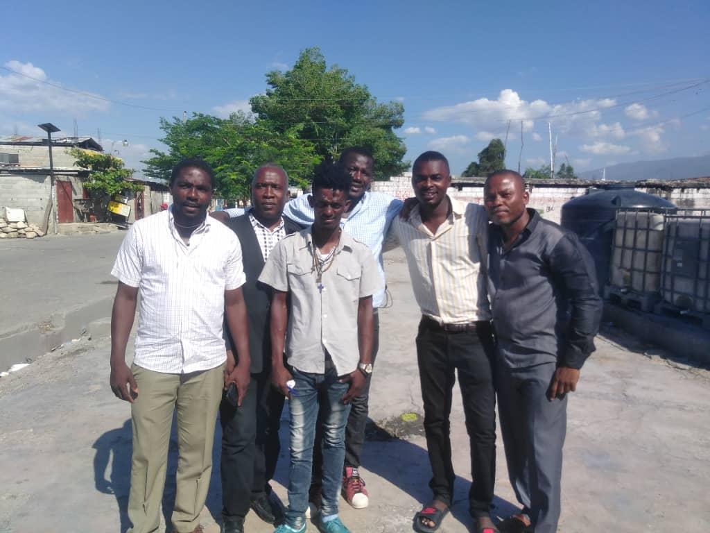 Prise de photo entre des représentants de différents quartiers en conflit, après la rencontre de ce jeudi 4 avril/ Loop Haiti