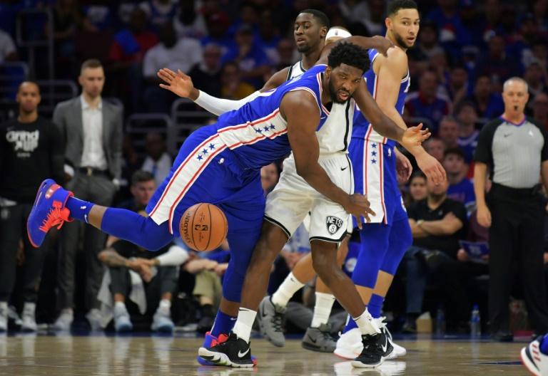 Joel Embiid, pivot camerounais de Philadelphie, lors d'un match de NBA contre les Brooklyn Netys, le 13 avril 2019 à Philadelphie