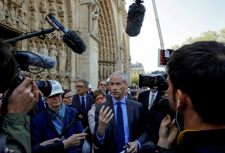 Franck Riester (C) s'exprime sur le parvis de la cathédrale le 19 avril 2019
