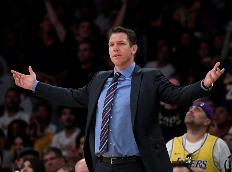 Luke Walton, alors entraîneur des Los Angeles Lakers, suit le match contre les Portland Trail Blazers en NBA au Staples Center, le 9 avril 2019