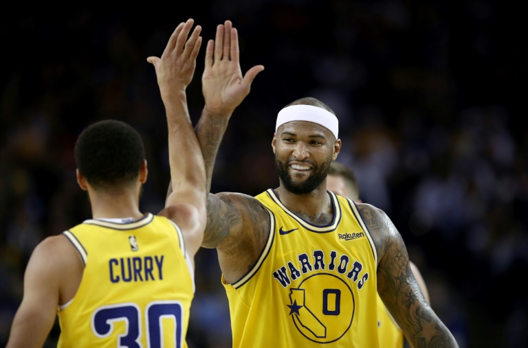 Stephen Curry et DeMarcus Cousins des Golden State Warriors lors d'un match de NBA face aux Denver Nuggets, à Oakland, le 2 avril 2019. GETTY IMAGES NORTH AMERICA/AFP/Archives / EZRA SHAW