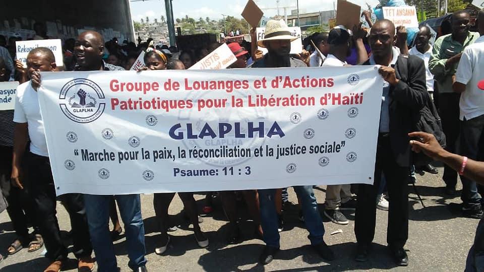 Photo illustrant des protestants marchant pour la Paix dans la Capitale Haïtienne.