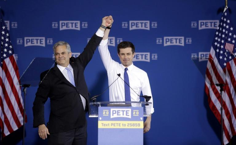 Le candidat à la primaire démocrate Pete Buttigieg, présenté par le maire d'Austin, Steve Adler (à gauche)