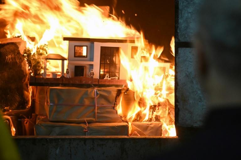 Une villa de papier brûle lors d'une cérémonie d'hommage à un défunt, le 16 mars 2019 à Taïwan