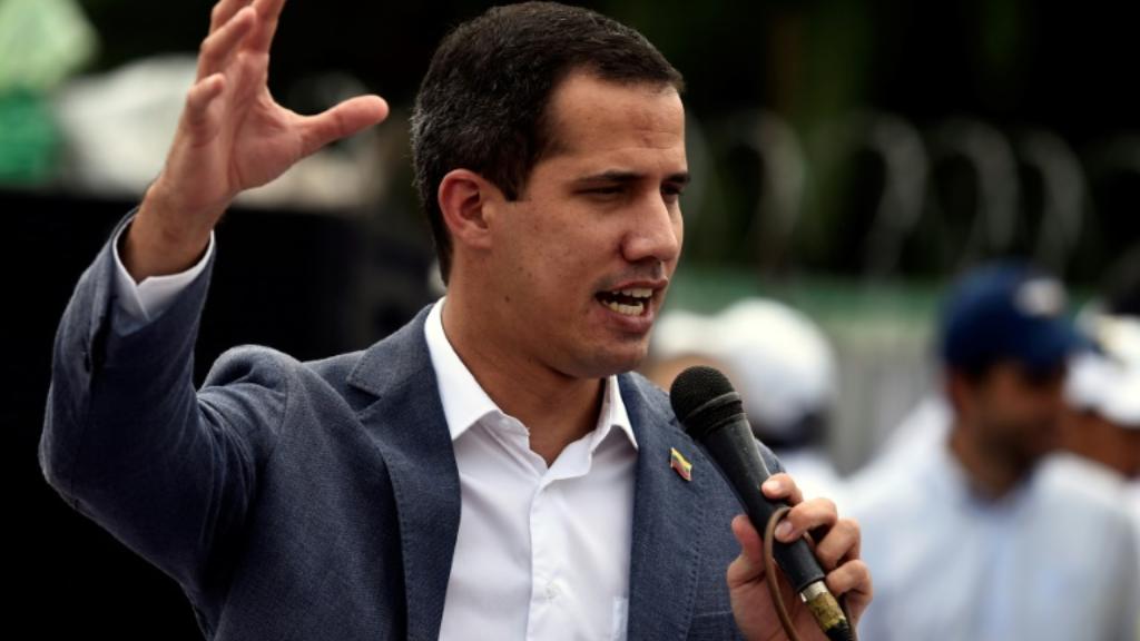 Le chef de file de l'opposition vénézuélienne Juan Guaido, reconnu président par intérim par une cinquantaine de pays dont les Etats-Unis, devant ses partisans à Caracas le 27 avril 2019.