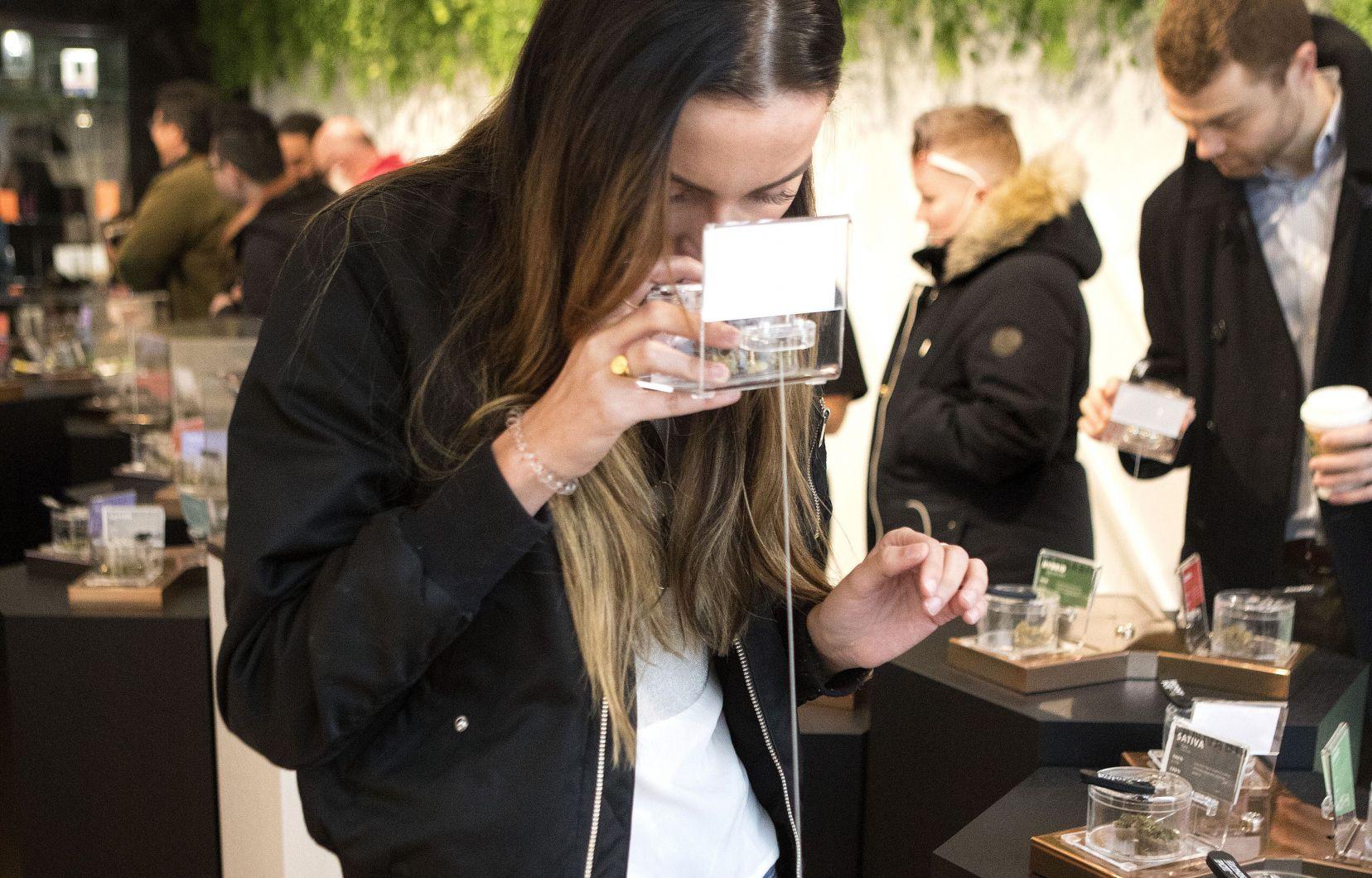 Une cliente hume l'odeur d'un produit dans un commerce de cannabis qui a ouvert ses portes lundi à Toronto. Photo: Chris Young La Presse Canadienne