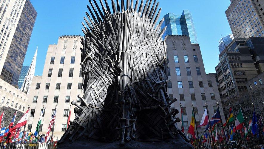 """Un trône de fer géant a été installé au Rockfeller Center à New York à l'occasion de la diffusion de la dernière saison de """"Game of Thrones"""" le 14 avril. Angela Weiss / AFP"""