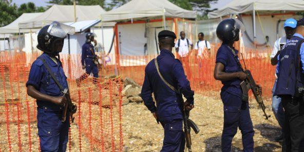 Des policiers montent la garde dans un centre de lutte contre Ebola à Beni le 10 août 2018. © Al-hadji Kudra Maliro/AP/SIPA