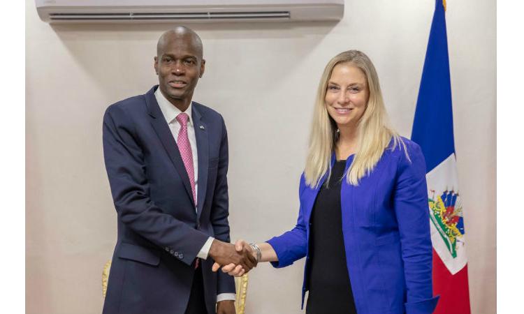 La Sous-secrétaire adjointe des Etats Unis Cynthia Kierscht et le président Jovenel Moise. Photo: Ambassade américaine en Haiti