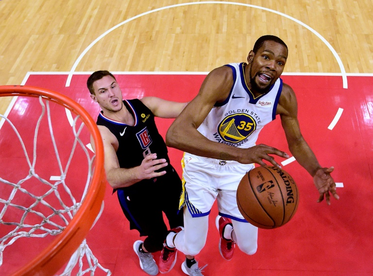 Kevin Durant (d) des Golden State Warriors à la lutte dans la raquette avec Danilo Gallinari des Los Angeles Clippers en match 6 des play-offs NBA, au Staples Center, le 26 avril 2019