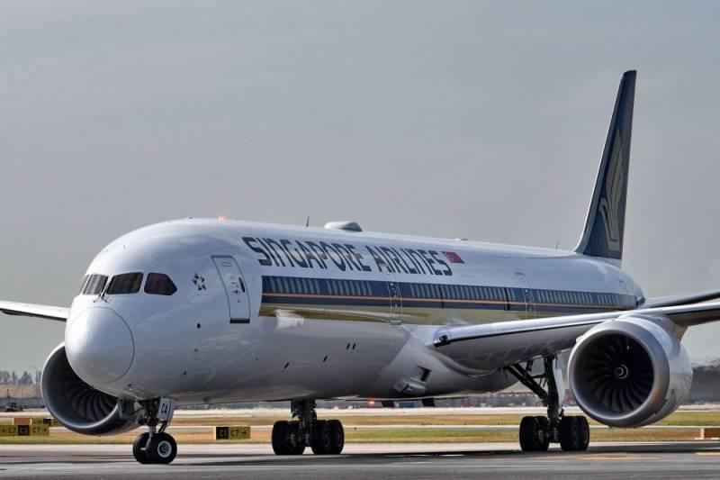 La compagnie Singapore Airlines a annoncé mardi qu'elle avait immobilisé deux de ses Boeing 787-10 Dreamliner après avoir constaté un défaut sur leurs moteurs lors d'inspections, le dernier problème en date pour le constructeur américain qui fait déjà face à la crise de son 737 Max. AFP / Roslan RAHMAN