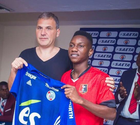 Le jeune footballer haitien, Fredler Christophe et le représentant du club de Strasbourg Pascal Droehnlé. Photo : FHF