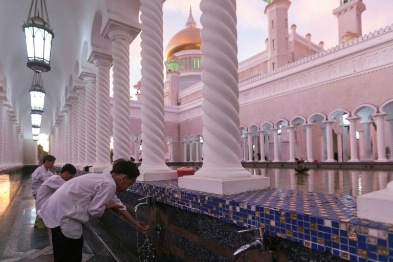 Un couple de jeunes mariés se fait photographier le 1er avril 2019 à la mosquée Sultan Omar Ali Saifuddien de Bandar Seri Begawan, la capitale du sultanat de Brunei.