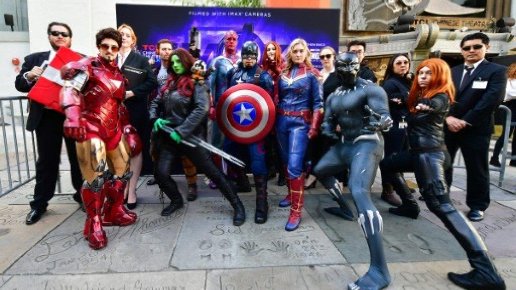 """Des fans participent à un concours de déguisements, le 25 avril 2019 à Hollywood, à l'occasion de la sortie du film """"Avengers: Engame"""" Des fans participent à un concours de déguisements, le 25 avril 2019 à Hollywood, à l'occasion de la sortie du film """"Avengers: Engame"""" AFP"""