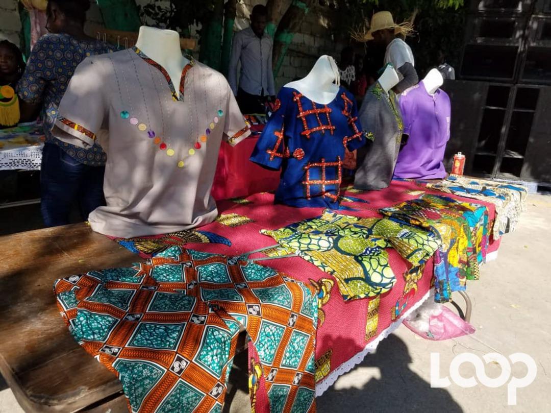 Les produits des jeunes artisans de la plateforme Kreyol'Art exposés à la foire organisée ce samedi 27 avril au collège Saint-Louis Roi de France./Photo: Loop Haiti-Rosny Ladouceur.
