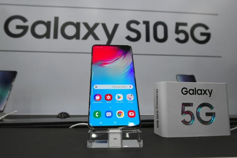 Le tout nouveau Galaxy S10 5G de Samsung en vente dans une boutique SK Telecom à Séoul, le 5 avril 2019