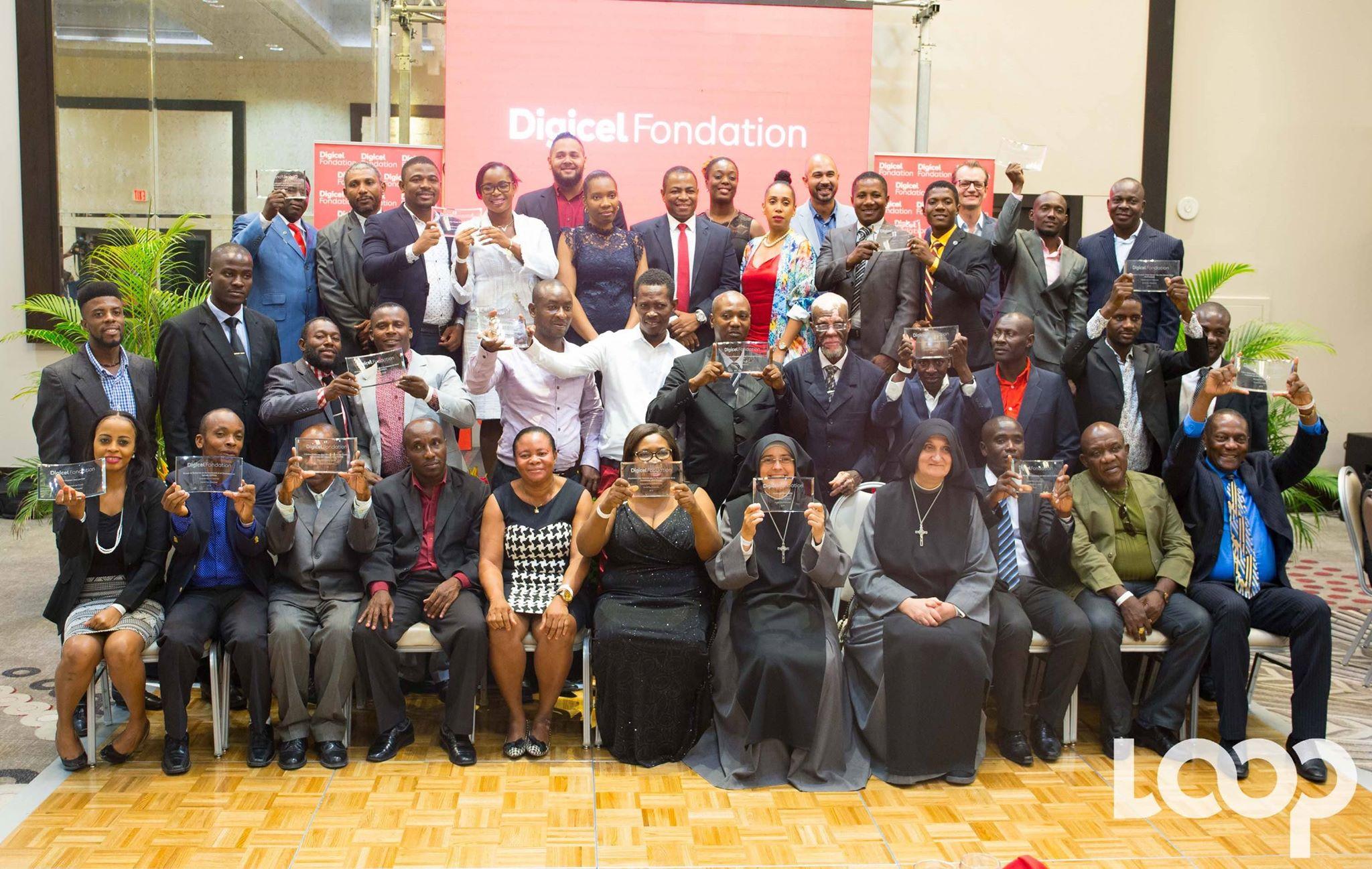 Les gagnants de la seconde édition du Konbit Pou Chanjman posent, jeudi 4 avril à l'hôtel Marriott, avec les membres de la Fondation Digicel et du Conseil d'Administration de la compagnie./Photo: Loop-Luckenson Jean.