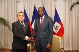 Le président de la République, Jovenel Moise, avec Francisco Javier Torres Gonzales, nouveau   ambassadeur du Panama.
