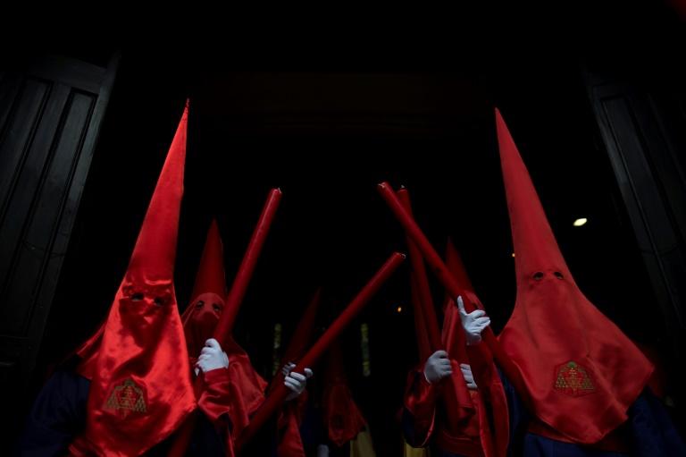"""Des membres de la Légion espagnole portent le """"Christ de la Bonne Mort"""" en croix, lors d'une procession à Malaga pendant les célébrations de la Semaine Sainte à Malaga le 18 avril 2019"""