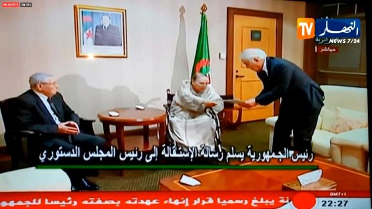 Abdelaziz Bouteflika remet sa lettre de démission au président du conseil constitutionnel Tayeb Belaïz, le 2 avril 2019 à Alger