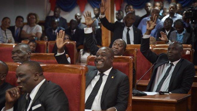 Photo illustrant des sénateurs aux parlement Haïtien