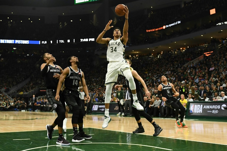 Giannis Antetokounmpo (c) des Milwaukee Bucks lors du 1er tour des play-offs face aux Detroit Pistons, à Milwaukee, le 17 avril 2019
