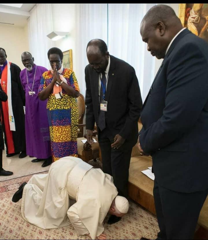 Le pape François salue Salva Kiir, le président du Soudan du Sud, à la fin d'une retraite de deux jours avec des leaders sud-soudanais au Vatican, le 11 avril 2019.