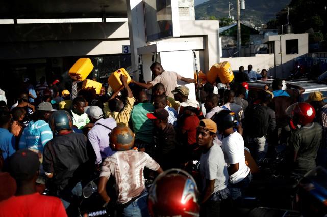 Bidons en main, des dizaines de chauffeurs de taxi-moto se pressaient vendredi autour des pompes, sans garantie aucune de repartir avec le précieux liquide.  PHOTO ANDRES MARTINEZ CASARES, REUTERS