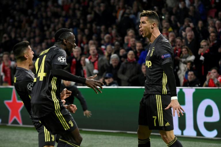 La star portugaise de la Juventus Cristiano Ronaldo (d) encore buteur sur le terrain de l'Ajax en quart de finale aller de la Ligue des champions, le 10 avril 2019 à Amsterdam