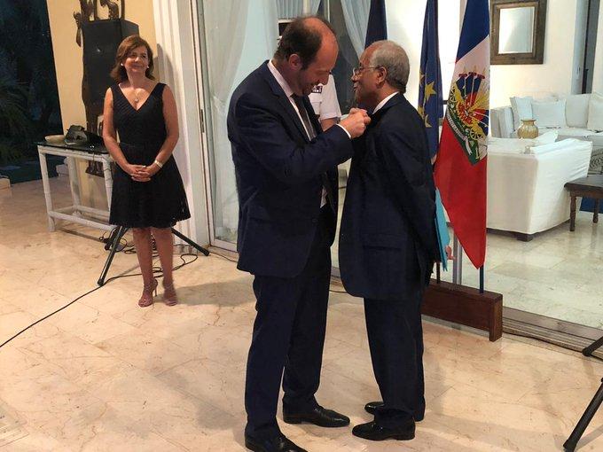 L'Ambassadeur de France José Gomez procédant à la remise des insignes de  l'ordre national du Mérite au professeur Serge Vieux