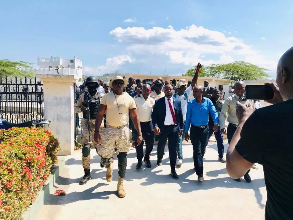 Le magistrat Josué Alusma accompagné de sympathisants et d'agents assurant sa sécurité