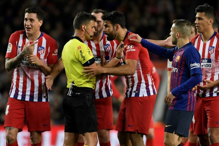 L'attaquant de l'Atlético Madrid Diego Costa s'en prend à l'arbitre lors du match contre Barcelone, le 6 avril 2019 au Camp Nou