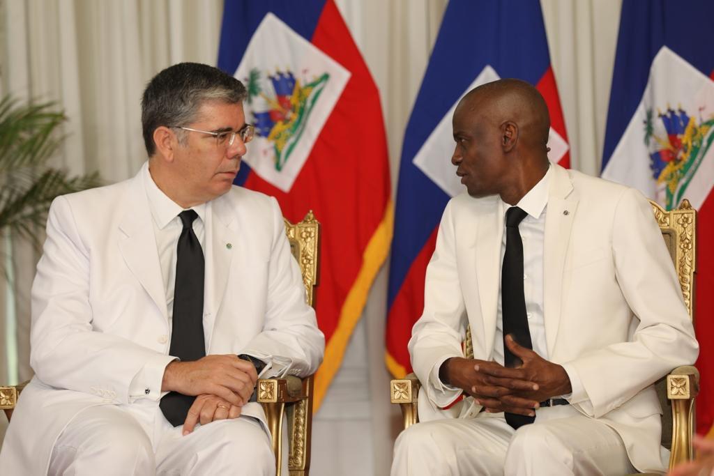 M. Massimo Ambrosetti, nouveau ambassadeur d'Italie accrédité en Haiti et le président haïtien Jovenel Moise./Photo: Compte Twitter de Jovenel Moise.